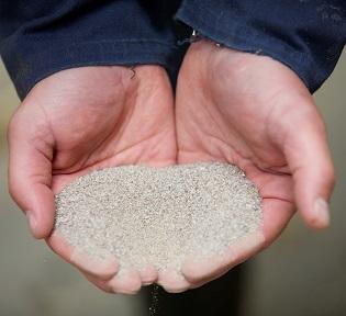 Handen met mineralen